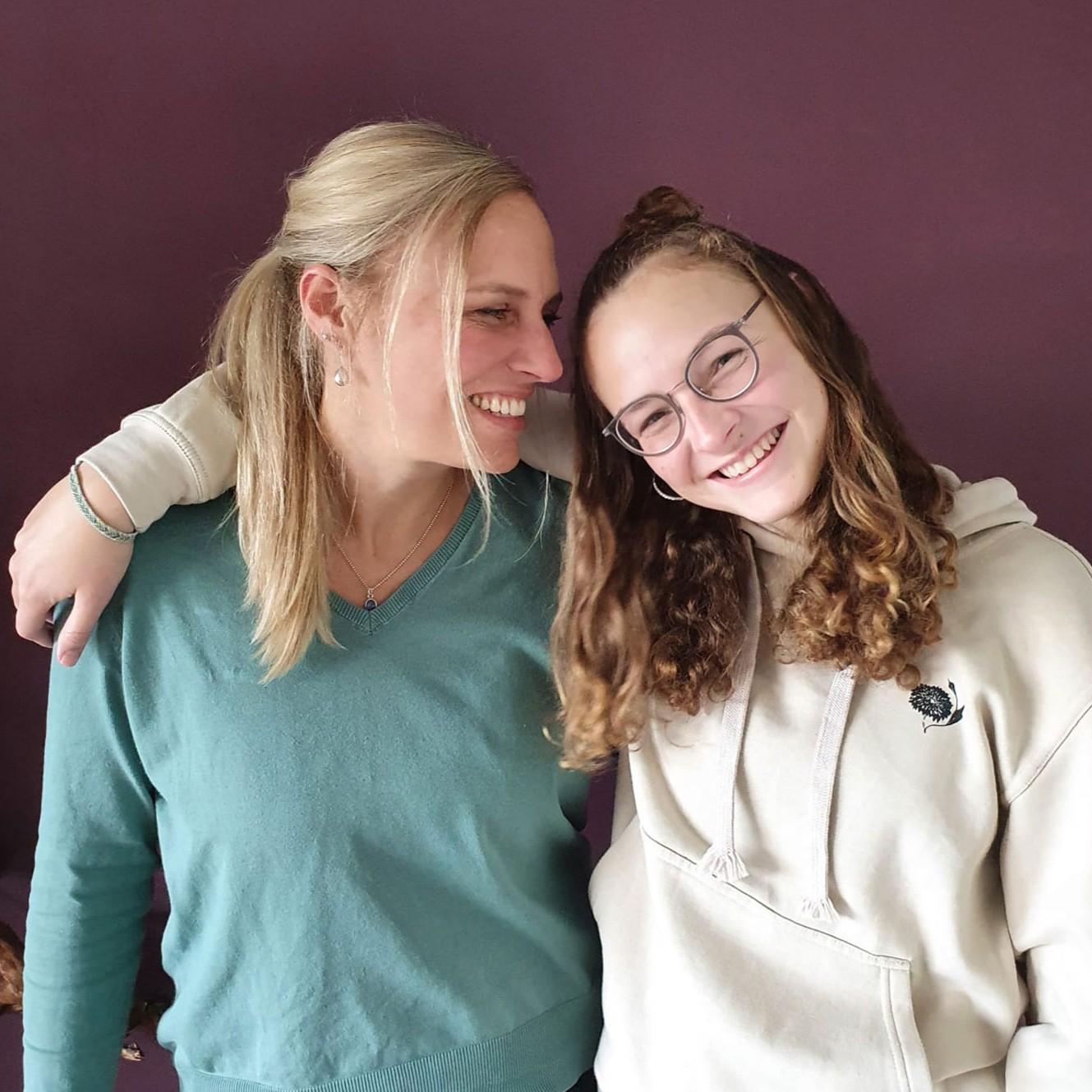 Mutter und Tochter Arm in Arm