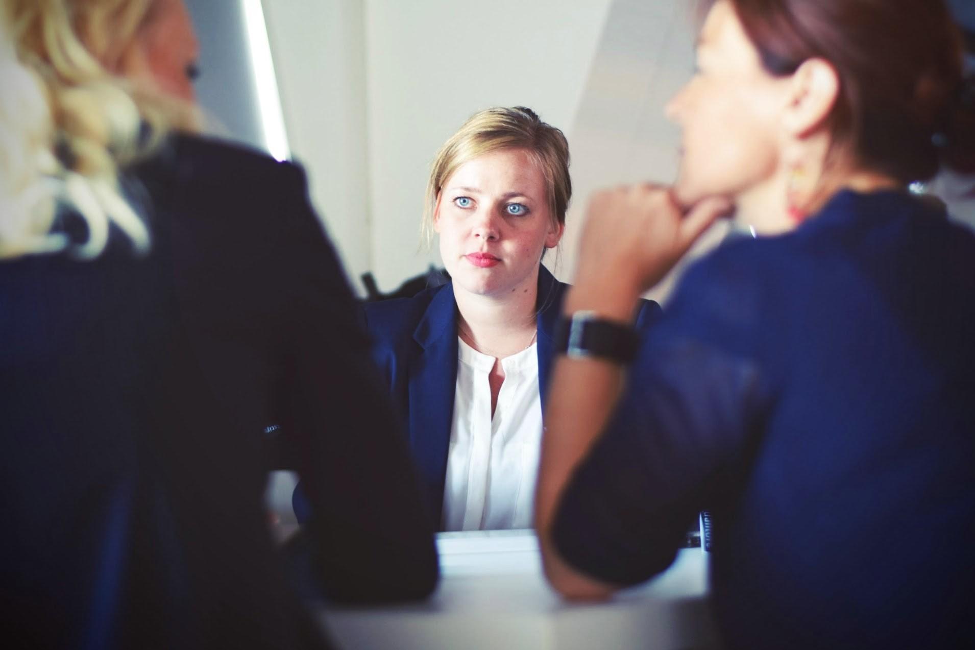 Eine Gruppe von Personen am Tisch im Gespräch