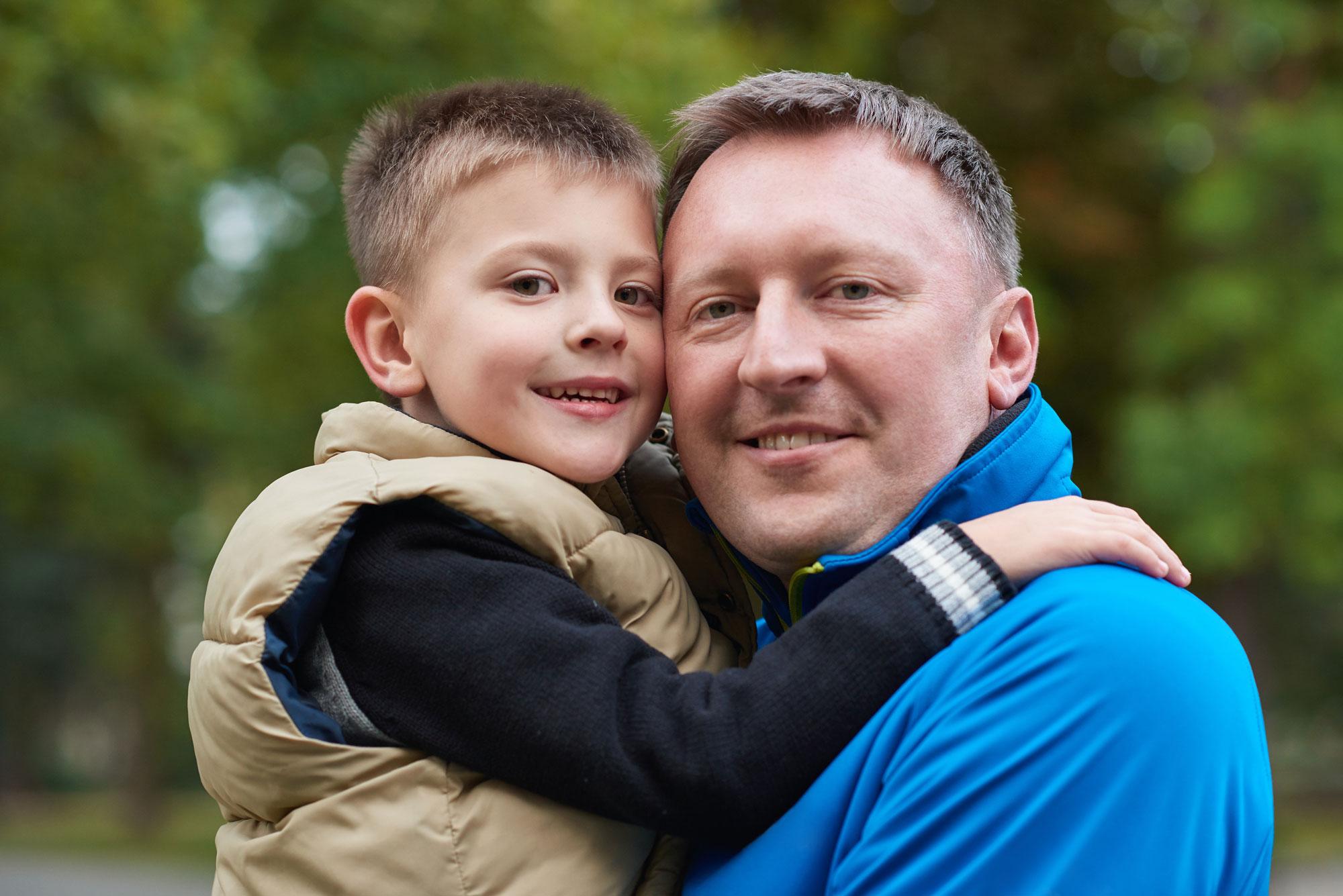 Porträt von Vater und Sohn in der Natur