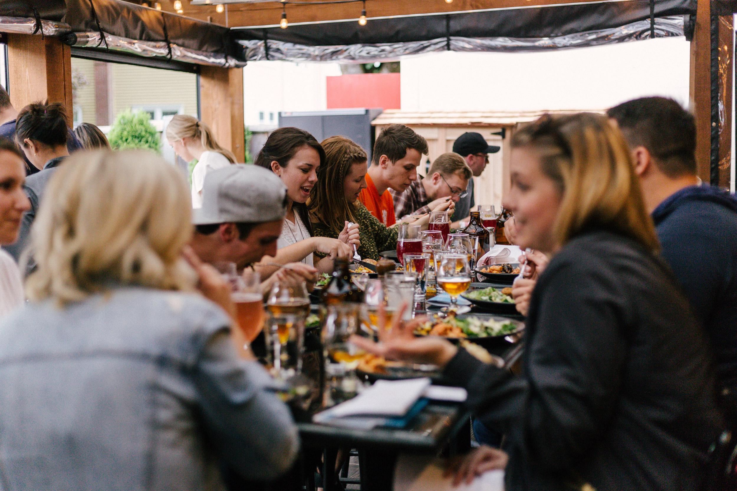 Einige Personen an einem Tisch