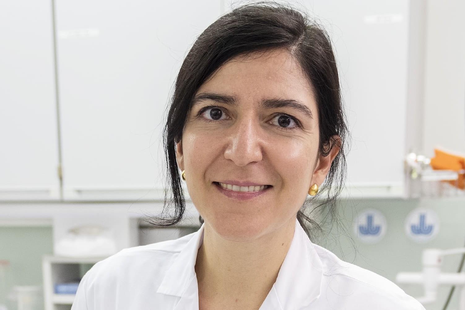 Eine Forscherin schaut durch ein Mikroskop