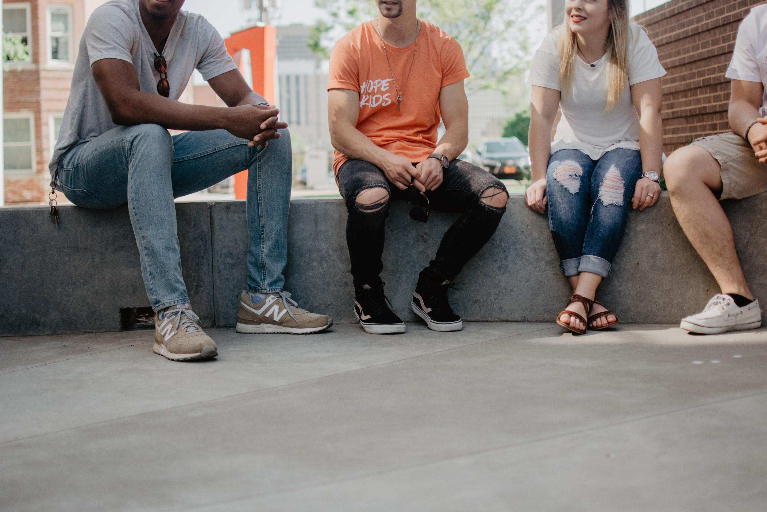 eine Gruppe Jugendlicher im Gespräch