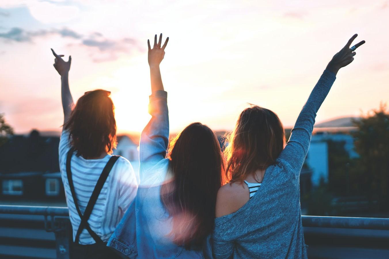 eine Gruppe von Mädchen, winkend