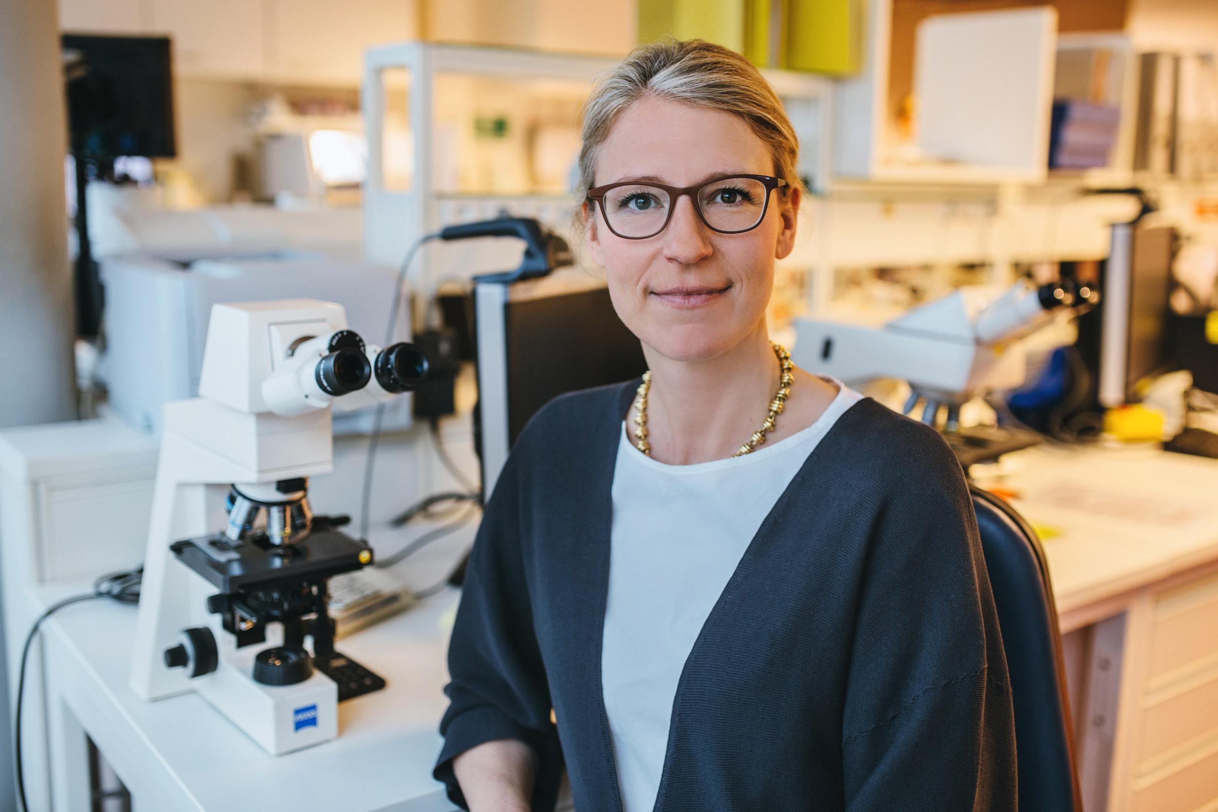 Porträt Christina Schindera am Mikroskop
