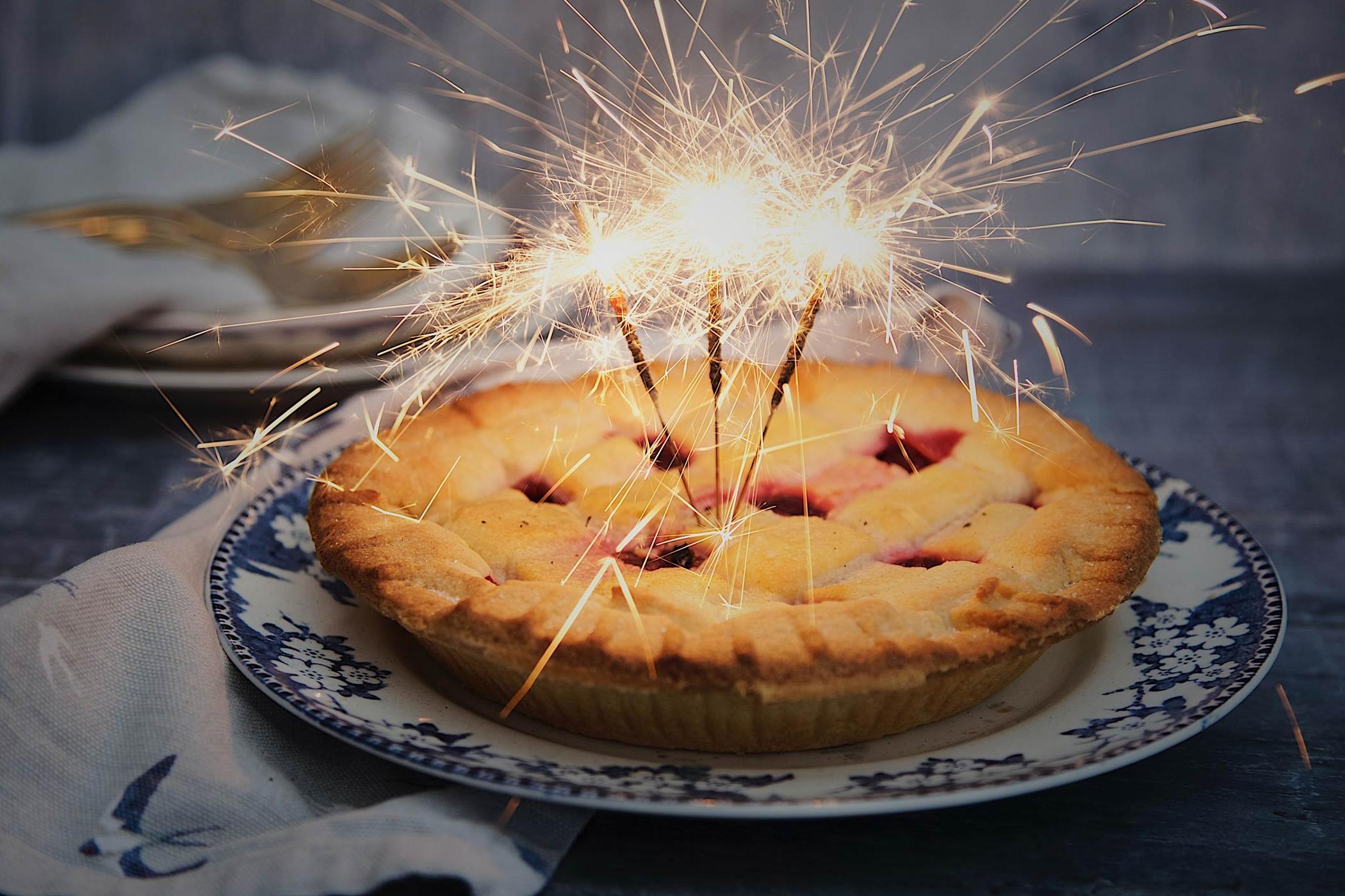 Ein Kuchen mit Wunderkerzen
