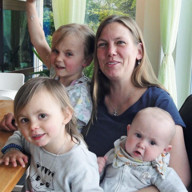Porträt Gabi Pross mit Kindern